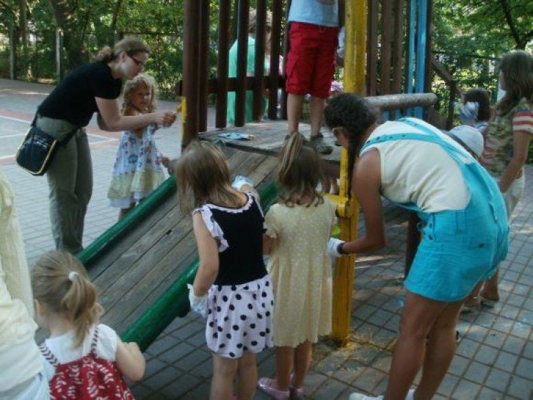 Skulptūrų parke savanoriai perdažė suolelius ir vaikų žaidimų aikštelės įrenginius.