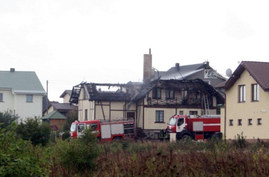 Kamuolinis žaibas Klaipėdoje sukėlė gaisrą ir stipriai apdegino namą Tauralaukyje,