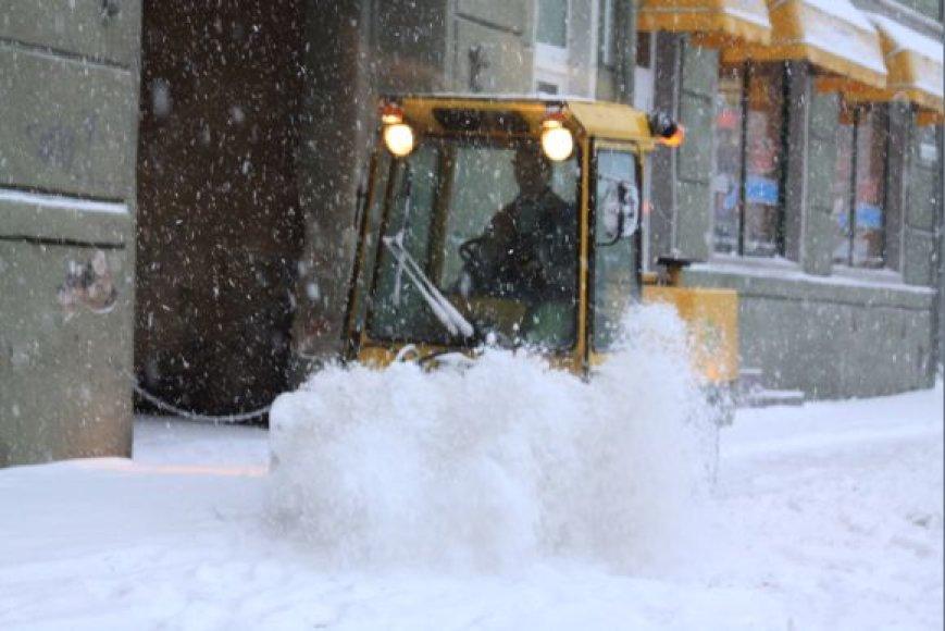 Speciali technika vos spėjo stumdyti sniegą.