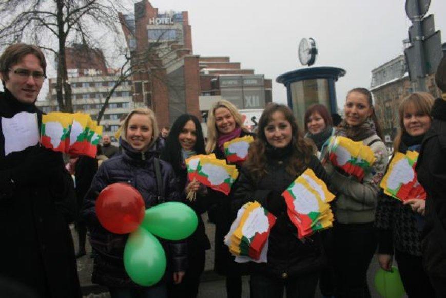 Socialinių mokslų kolegijos studentai pagamino apie 700 vėliavėlių.