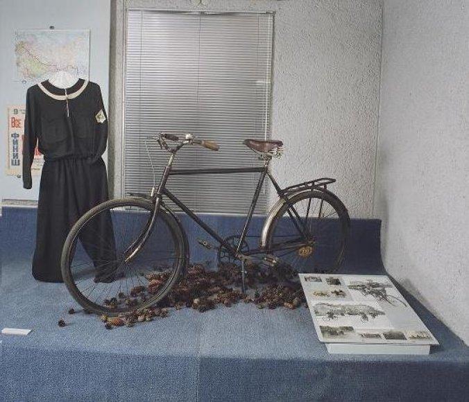 L.Alseikos dviratis ir apranga Šiaulių dviračių muziejuje. Ant sienos – žemėlapis su kelionės maršrutu.