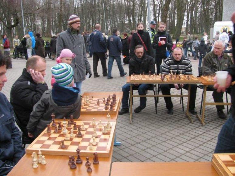 Šachmatų mėgėjai Skulptūrų parke laukiami kiekvieną ketvirtadienį.