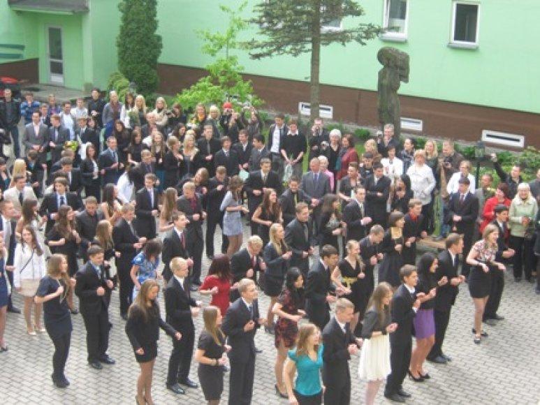 Jurgio Pabrėžos gimnazijos abiturientai surengė flash mob'ą.