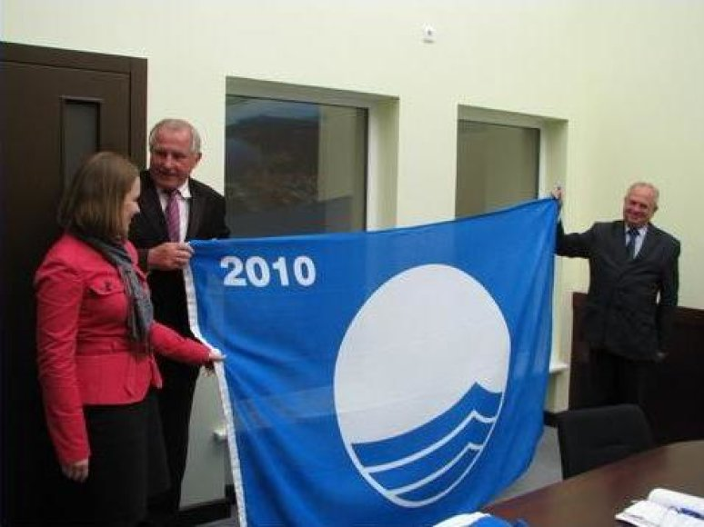 Paplūdimiams suteikta mėlynoji vėliava.