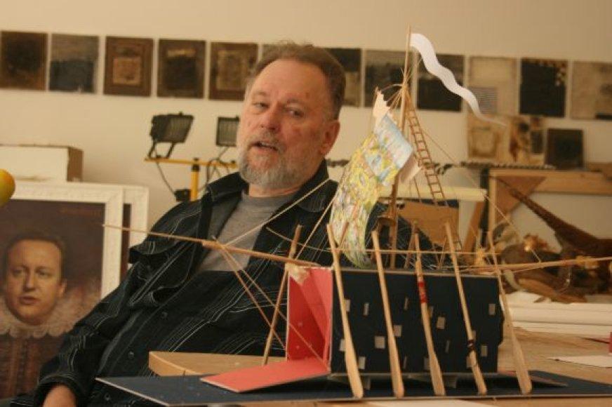 Norėdamas įgyvendinti savo sumanymą - Jūros šventę papuošti didžiuliu atraktyviu laivu - dailininkas A.Klemencovas dirba be išeiginių ir iki pat išnaktų.