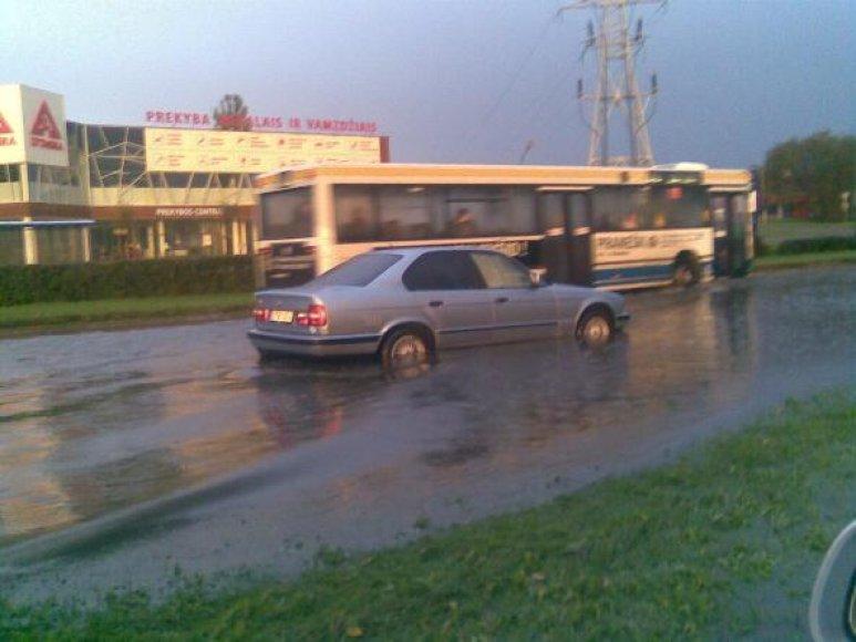 Lietus užtvindė kai kurias uostamiesčio gatves.