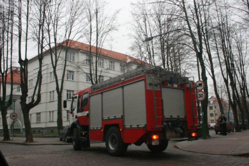 Gaisrininkai skubėjo į įvykio vietą, tačiau gaisras pasirodė menkas.