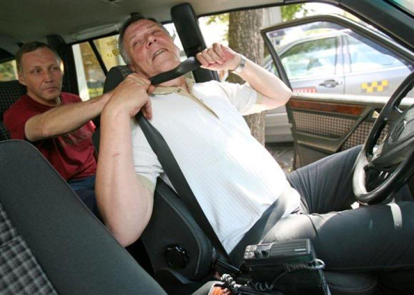 Pasak taksi vairuotojų, netikėtai puolantiems nusikaltėliams neretai pasitarnauja prisegtas saugos diržas, kuriuo taksistai tiesiog būna prismaugiami.