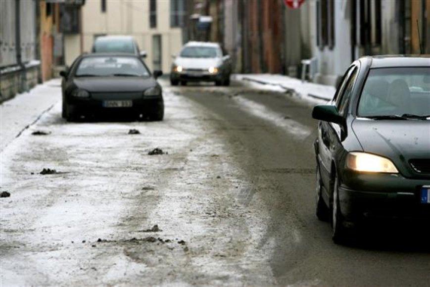 Pabarstytose ir nuvalytose pagrindinėse miesto gatvėse eismo sąlygos vakar buvo neblogos, tačiau nuošalesnėse gatvelėse vairuoti itin sudėtinga.