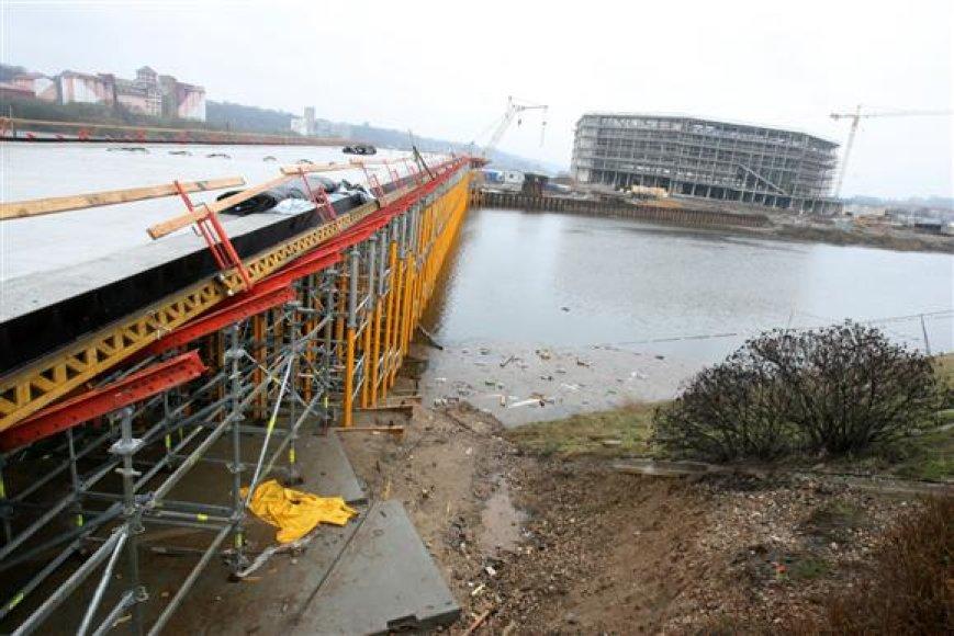 Antrasis tiltas, sujungsiantis Nemuno salą su Gedimino gatve, turėtų būti baigtas šios vasaros pradžioje, dar prieš pačios arenos atidarymą.