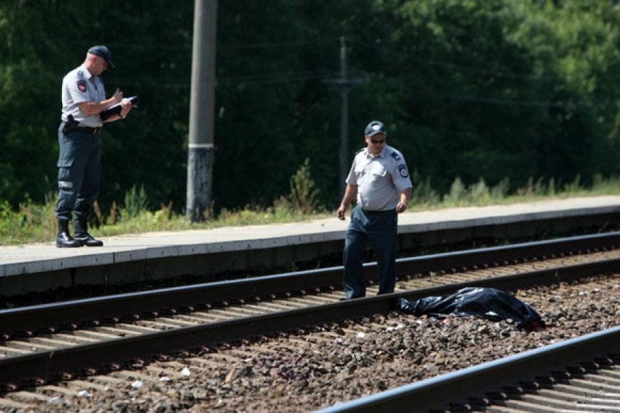 Po traukinio bėgiais pakliuvusios moters kūnas buvo suplėšytas gabalais.