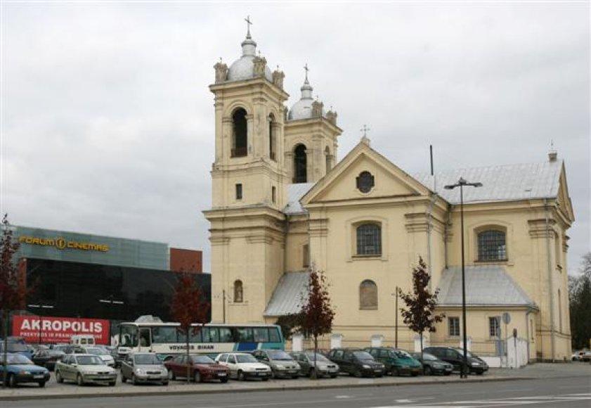 Vertingu baroko paminklu laikoma Karmelitų bažnyčia tamsiu paros metu nublankdavo prieš ryškiai apšviestą prekybos centrą.