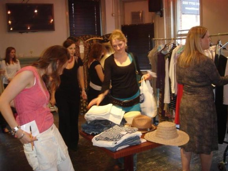 Visame pasaulyje išpopuliarėjusiuose vakarėliuose galima ne tik surasti sau patinkančių drabužių, bet ir gauti profesionalaus stilisto patarimų.