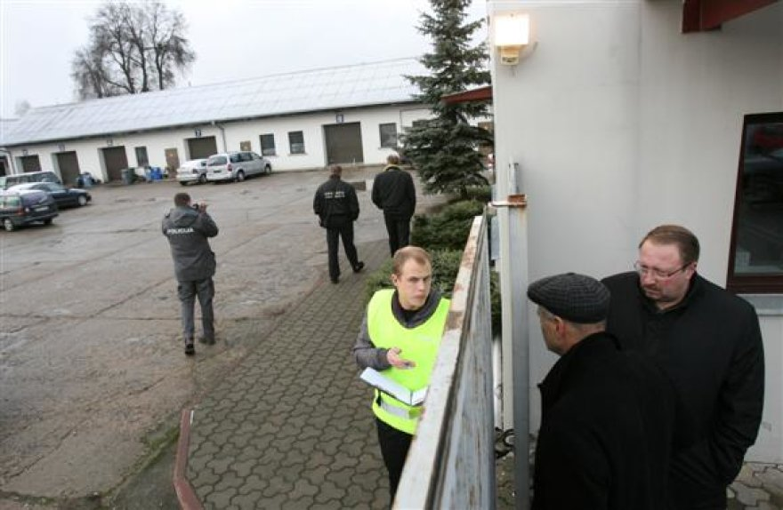 """Patalpas užėmę apsaugininkai į vidų įleido tik policijos pareigūnus. Nei autoserviso vadovė, nei sporto klubo """"Viesulas"""" pirmininkas R.Mažuolis (antras iš dešinės) į vidų įleisti nebuvo."""