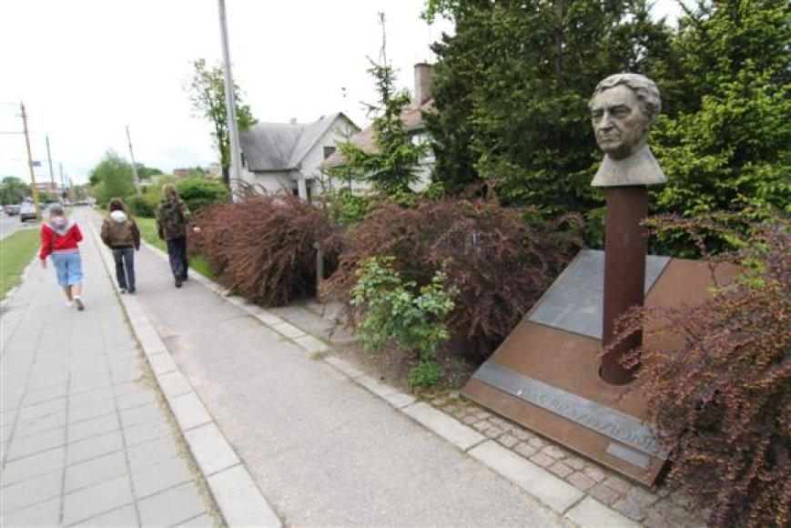 Kaune stovintis paminklas B.Brazdžioniui