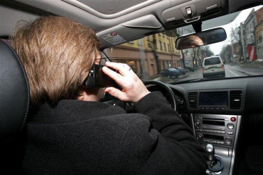 Moksliškai įrodyta, jog telefonu kalbančio vairuotojo reakcijos laikas pailgėja beveik dvigubai, o klaidingų sprendimų skaičius išauga beveik 4 kartus.