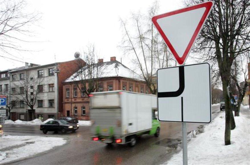 Praėjusių metų gruodį pakeitus eismo tvarką, A.Mickevičiaus ir V.Putvinskio gatvių sankryžoje kasdien galima išvysti ne tik vairuotojų kivirčų, tačiau ir avarinių situacijų.