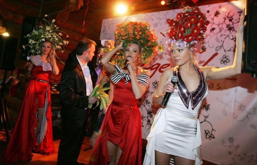 """Šv.Valentino šventė G.Juodeikos restorane su grupės """"69 danguje"""" merginomis ir floristu M.Vasiliausku."""