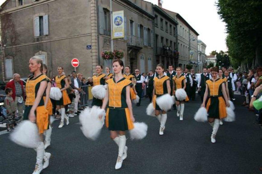 """Kauno pučiamųjų orkestras """"Ąžuolynas"""" neįsivaizduojamas ne tik be muzikantų, bet iš šokėjų."""