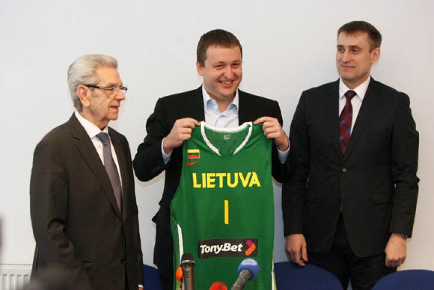 Antanui Guogai (viduryje) Kęstutis Kemzūra įteikė Lietuvos rinktinės marškinėlius