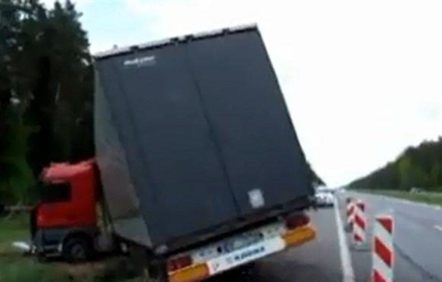 Nuo kelio nuvažiavęs sunkvežimis.