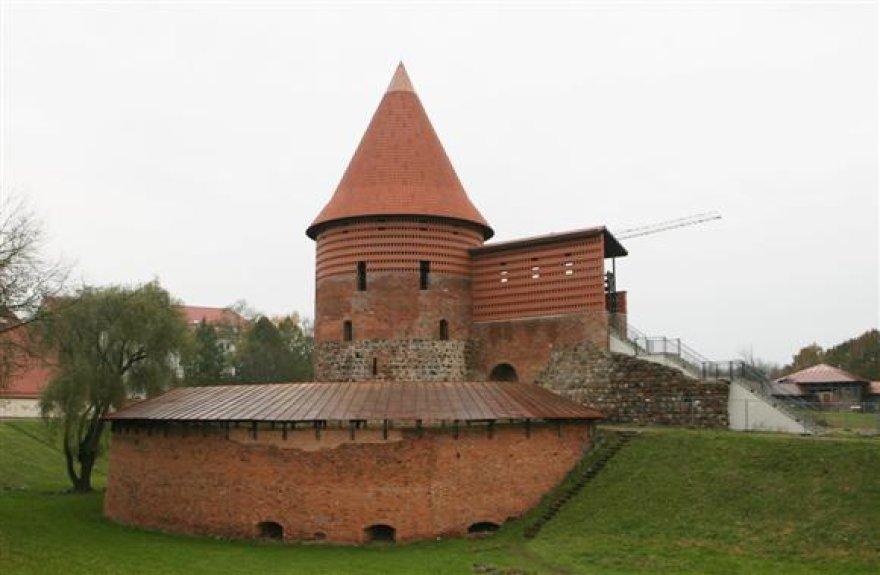 Nauju čerpiniu stogu uždengtas pilies bokštas po rekonstrukcijos tapo 15 m aukštesnis.