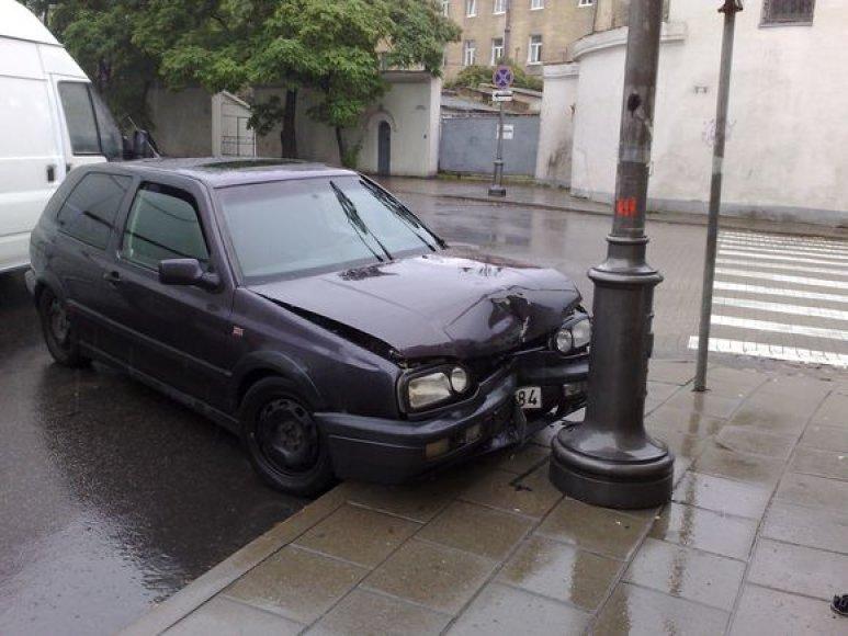 """Taip atrodė automobilis """"Volkswagen Golf""""  po susidūrimo su stulpu"""