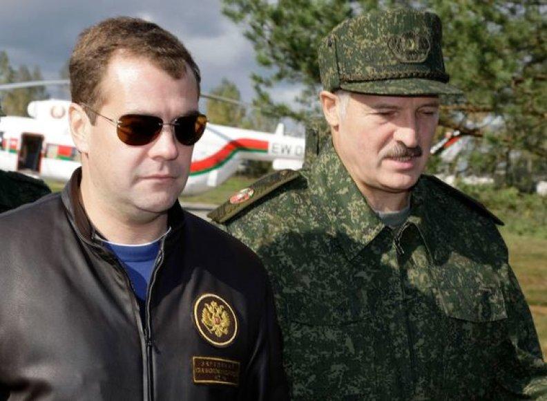 Medvedevas drauge su Lukašenka stebės karinių mokymų baigiamąjį etapą
