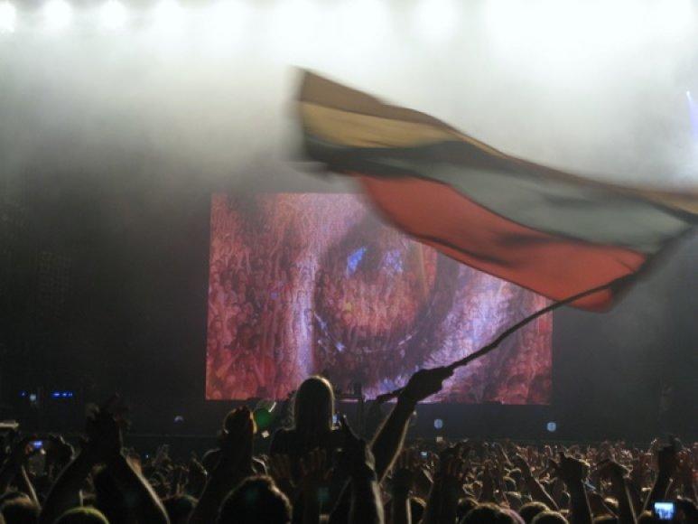 Klausytojų minioje plėvesavo ir lietuviška trispalvė
