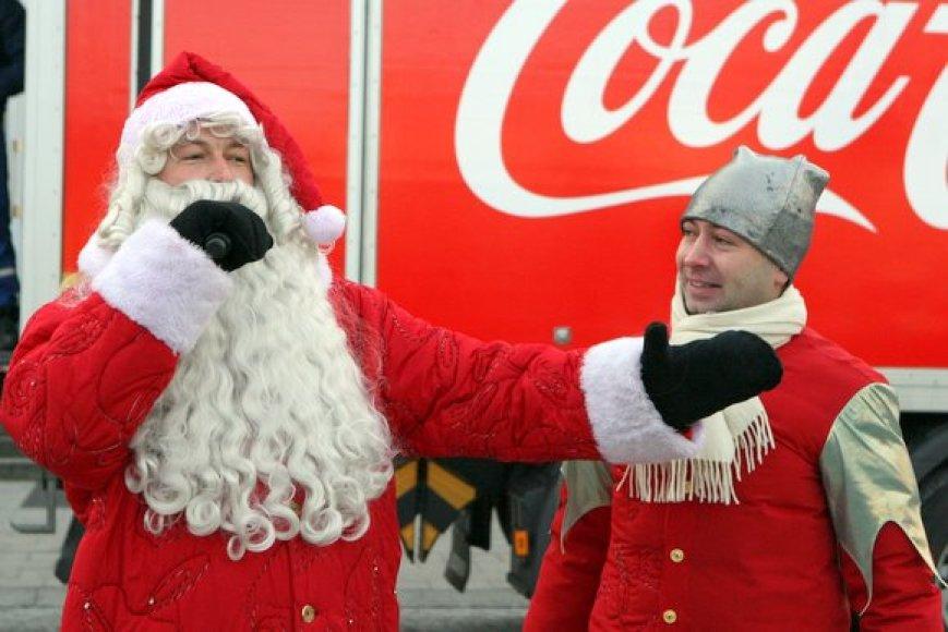 """Iš sostinės Rotušės aikštės 10-us metus iš eilės pajudėjo Kalėdinis karavanas, kurį organizuoja Almos Adamkienės fondas ir """"Coca-Cola"""". Šiemet jis planuoja aplankyti 10 Lietuvos mokyklų."""