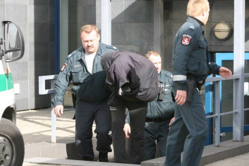 Į teismą atvežtas Vilniuje sučiuptas serijinis prievartautojas