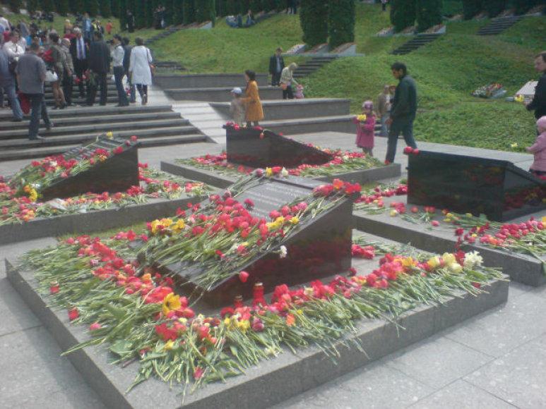 Gegužės 9-ąją žmonės plūdo į Antakalnio kapines.