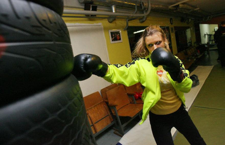 Moterų bokso treniruotėje