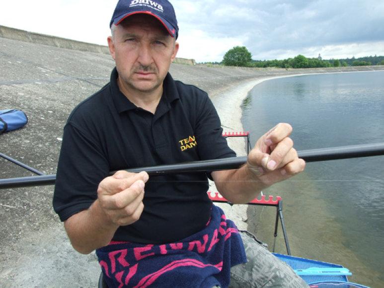 Jonas Jablonskis demonstruoja pavadėlį su kabliuku, kuris gramzdinant masalą ant akmenuoto dugno atšipo per pusdienį.