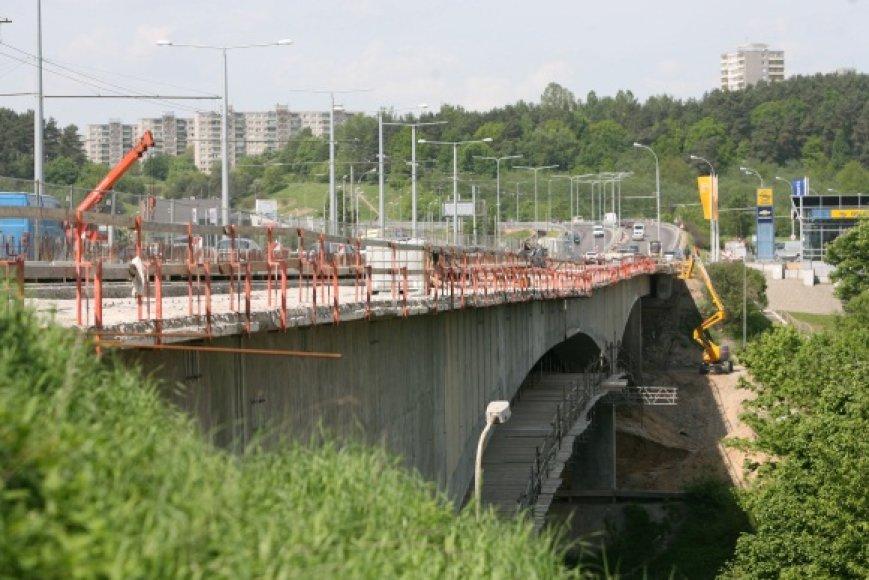 Lazdynų tilto remontas turėtų būti baigtas vasaros pabaigoje ir kainuos, Vilniaus vicemero R.Adomavičiaus teigimu, ne beveik 130 mln., o 12 mln. Lt mažiau.