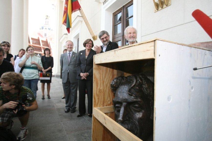 Supakuotas medinėje dėžėje F.Zappa pasiruošęs ilgai kelionei į namo, į Baltimorę.