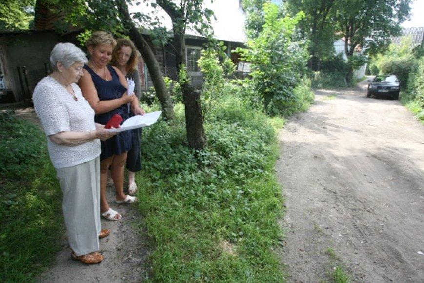 Dauguma Kalvarijų g. 43 namo gyventojų piktinasi, kad keliuką norinti užtverti kaimynė paiso tik savo interesų.