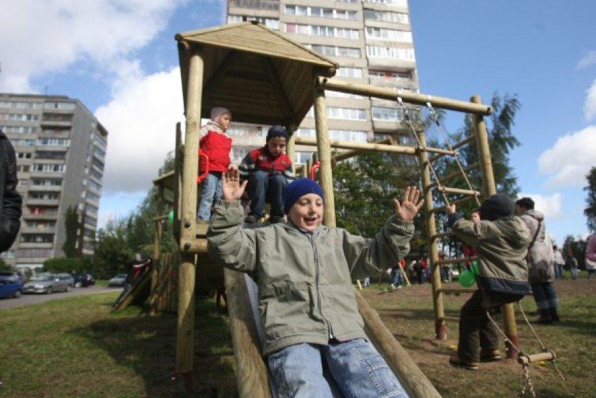 Naujoji vaikų žaidimų aikštelė Viršuliškėse pastatyta rugsėjo antroje pusėje, kadangi tik tada rėmėjai skyrė lėšų.