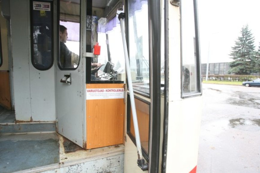 Viešojo transporto vairuotojai skundžiasi, kad pertvarkytose jų kabinose atėjus žiemai tapo šalta, aprasoję langai nedžiūva, todėl blogėja matomumas.