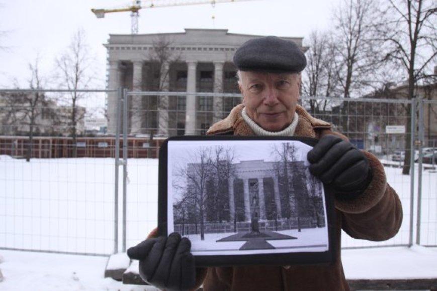 """J.Burokas (nuotr.) įsitikinęs, kad skulptūrą """"Žinia"""" K.Patamsis sukūrė kaip paminklą Lietuvos nepriklausomybei, todėl skverelis Nepriklausomybės aikštėje jai puikiai tiks."""