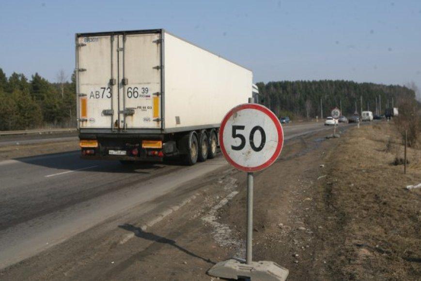 Nors važiavimo greitis tiltu ribojamas, išvengti duobių neįmanoma.