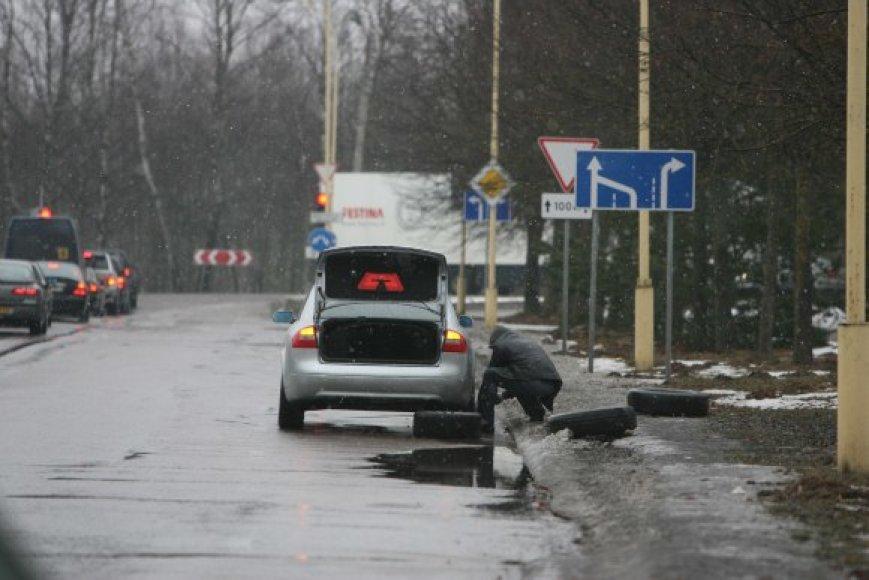 Per tris šių metų mėnesius Vilniaus gatvių duobėse savo automobilius apgadino 341 vairuotojas.