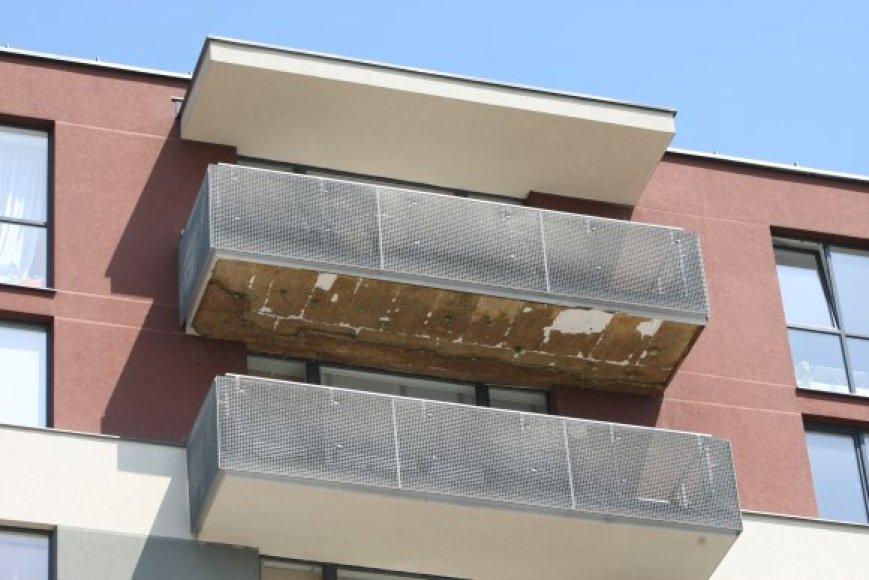 Fizikų g. 10 namo gyventojus ne juokais išgąsdino kritusi balkono šiltinamoji medžiaga.