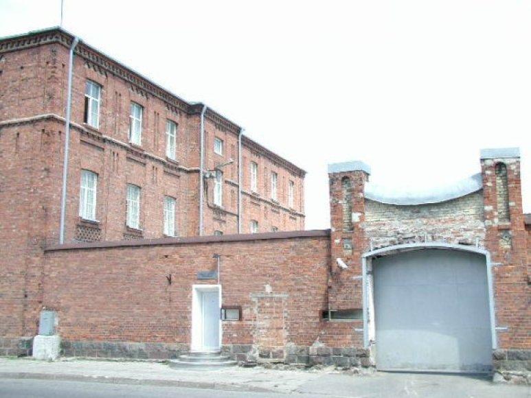 Kol Šiaulių tardymo izoliatoriuje esantys suimtieji badauja, jų maistu džiaugiasi Šiaulių nakvynės namų varguoliai.