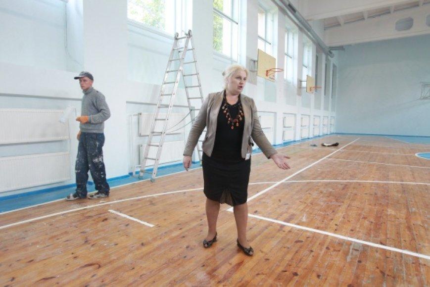 D.Kazakevičienės teigimu, sporto salės grindys tapo nelygios, taigi vaikams joje sportuoti pavojinga.