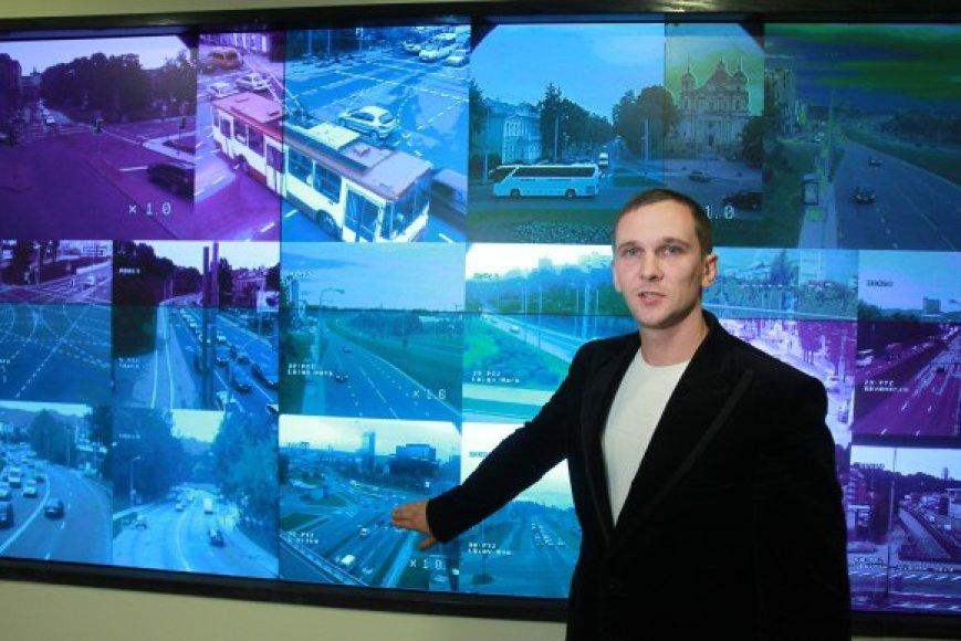 Vilniaus sankryžos nuolat stebimos – jas A.Mažūnos vadovaujami specialistai mato dideliame ekrane.