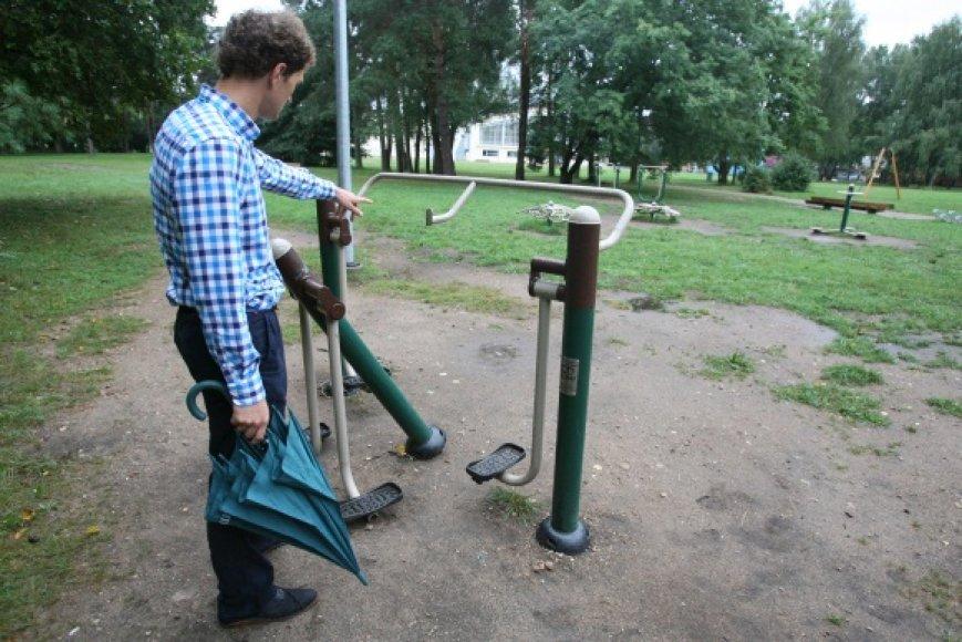 Vilnietis Aurimas stebisi valdžios neūkiškumu Vingio parke: ne vieną dešimtį tūkstančių kainavusios vaikų žaidimų ir sporto aikštelės vėliau paliekamos likimo valiai.