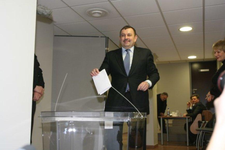 2009 metų vasario 11-ąją Vilniaus meru išrinktas V.Navickas kadencijos pabaigos gali nesulaukti – partiečiai jau ieško jam pamainos.