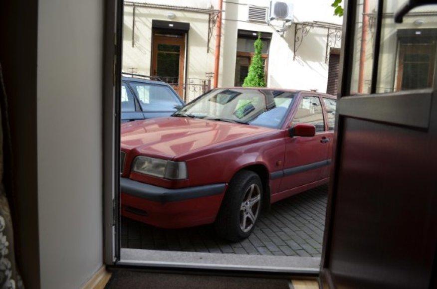 Pylimo gatvės 22 namo kieme automobiliai kėsinasi įvažiuoti pro buto duris.