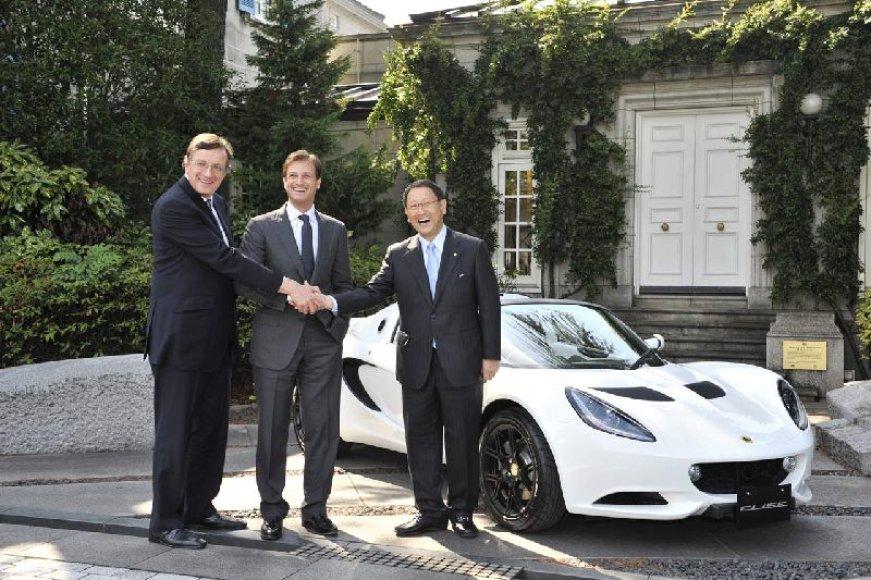 """""""Lotus"""" padovanojo automobilį """"Toyota"""" vadovui"""